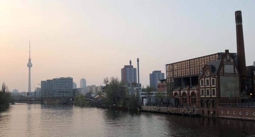 Der Berliner Fernsehturm sichtbar von weitem