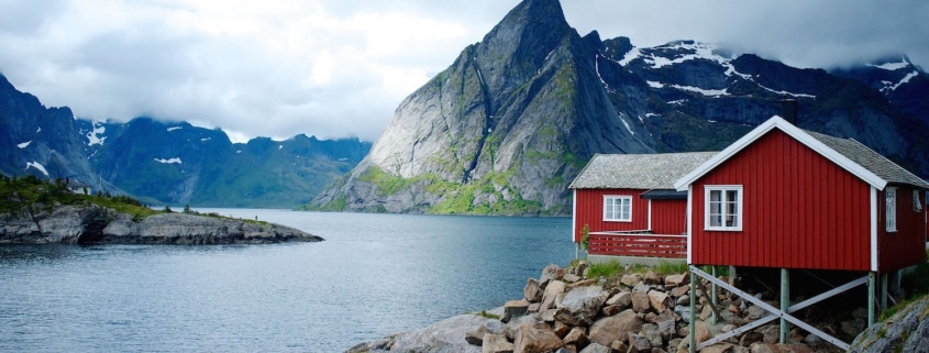 Rote Fischerhütte am Wasser in Finnland