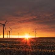 Windräder im Sonnenuntergang: Jetzt zu Ökostrom wechseln!