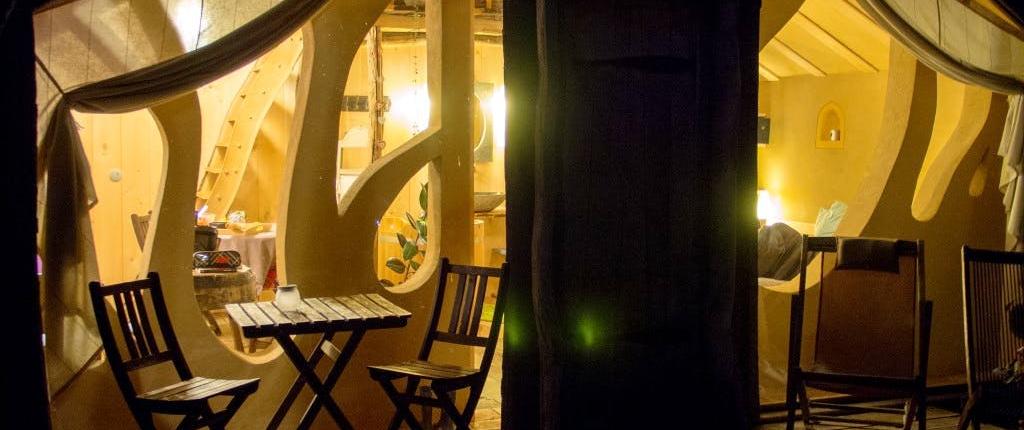 Bio-Wellness in der Schweiz: Eingang eine Lodge mit Beleuchtung am Abend