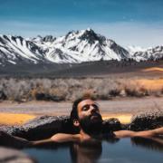 Mann in heißer Quelle
