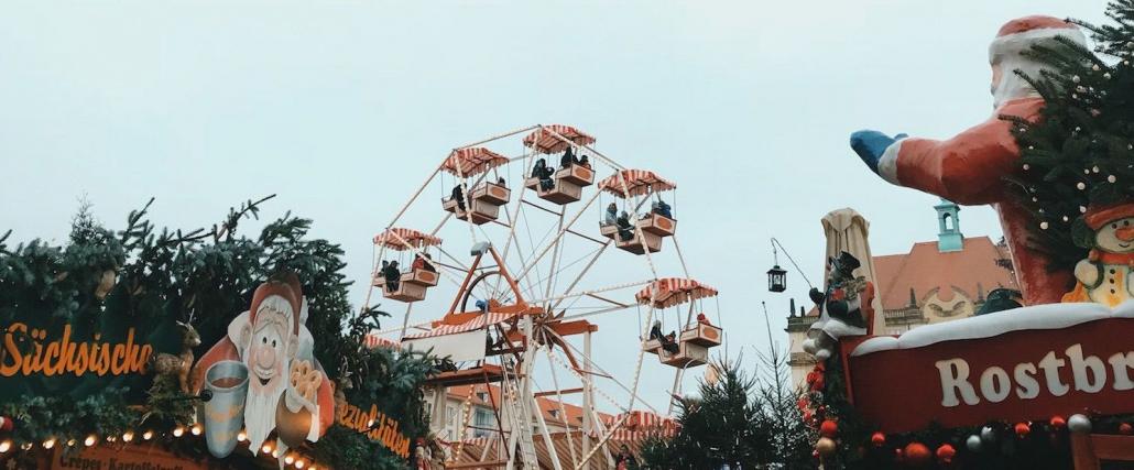 Konventioneller Weihnachtsmarkt in Dresden mit Riesenrad