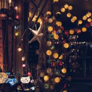 Weihnachtsmarktstand im Dunkeln