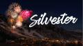 Feuerwerk über Bergen mit Schriftzug Silvester