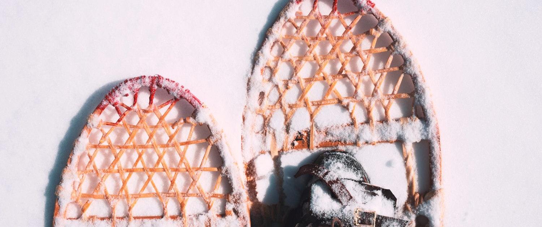 Zwei Füße mit Schneeschuhen