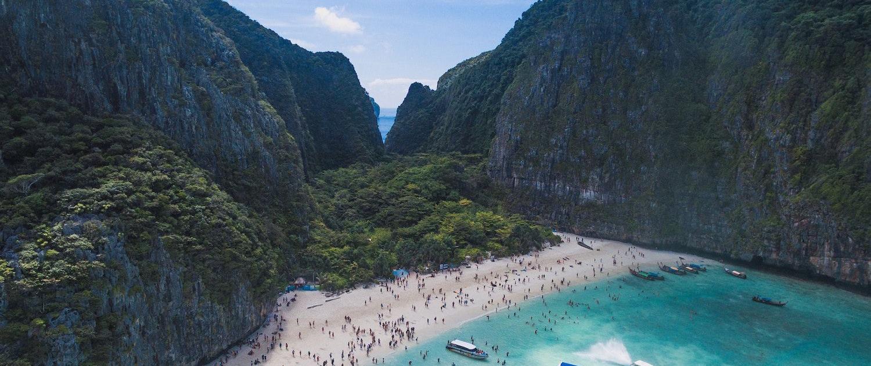 Hunderte Touristen am thailändischen Strand Maya Bay