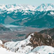 Gipfel mit Schnee und kein Schnee im Tal zu sehen