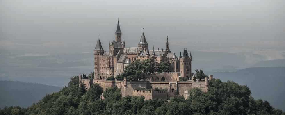 Burg mit vielen Türmen und diesigem Hintergrund