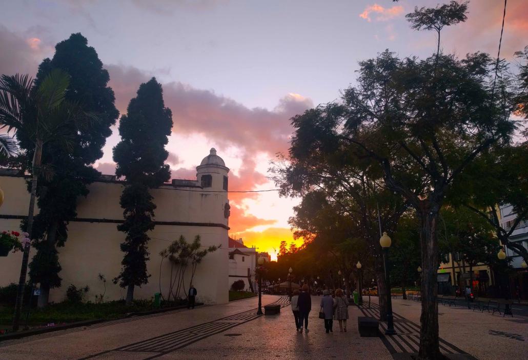Blich auf den Sonnenuntergang in der Fußgängerzone in Funchal
