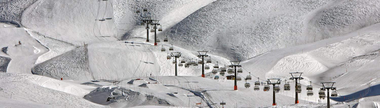 Ein Skilift auf einem Berg mit Schnee