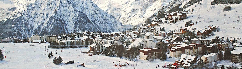 Eine Bettenburg in einem Skigebiet mit ganz vielen Skifahrerlein außenrum