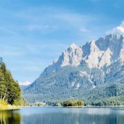 Alpenansicht über einem Fluss mit Wald