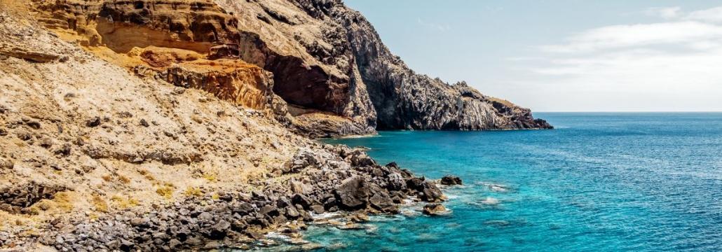 Kroatische Küsteensteine mit hellblauem Wasser davor